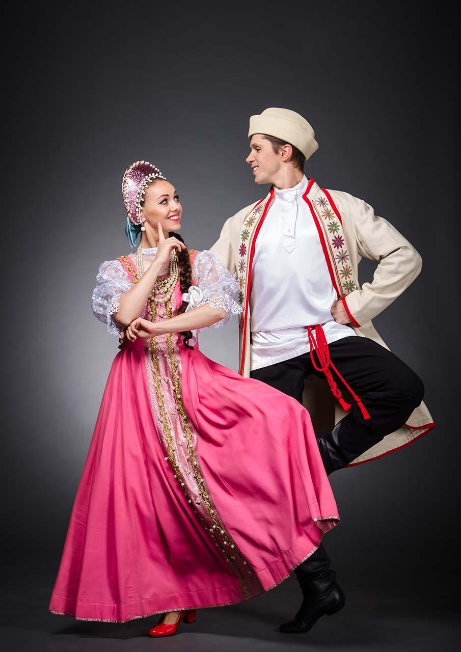 Rusos escena del espectáculo Danzas de pueblos del mundo Igor Moiseyev